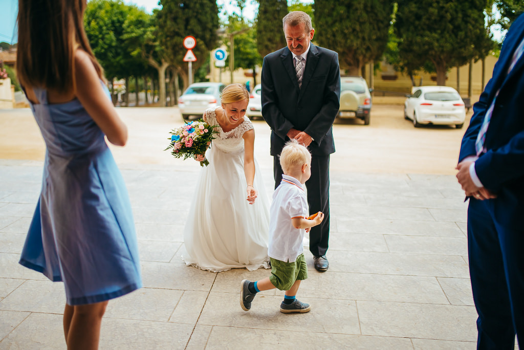 bride with dad and kid prepared to enter the aisle wedding girona
