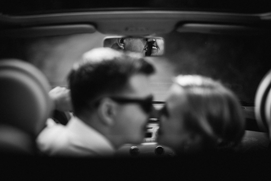 bride and groom kissing in the car wedding girona