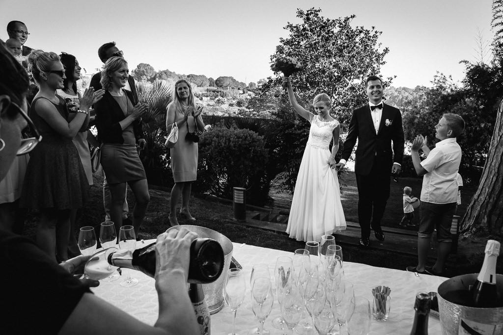 bride and groom arrive to the wedding venue costa brava