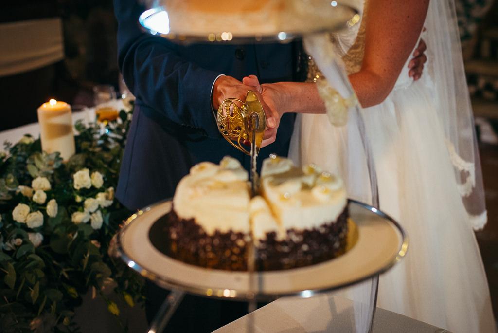 cutting the wedding cake photo ideas