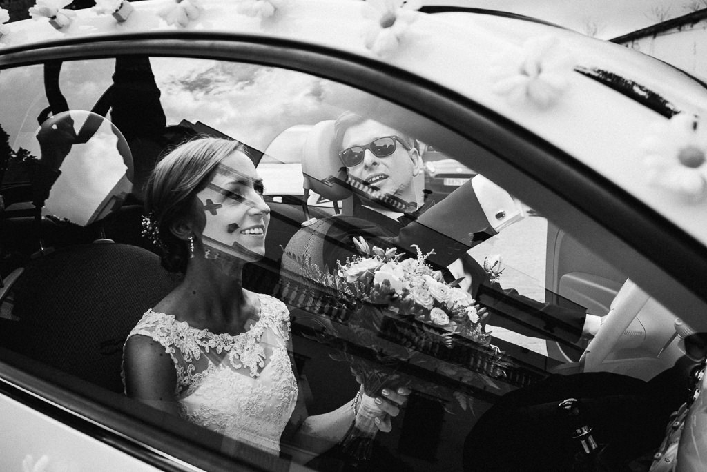 bride and groom in the car going to church wedding girona