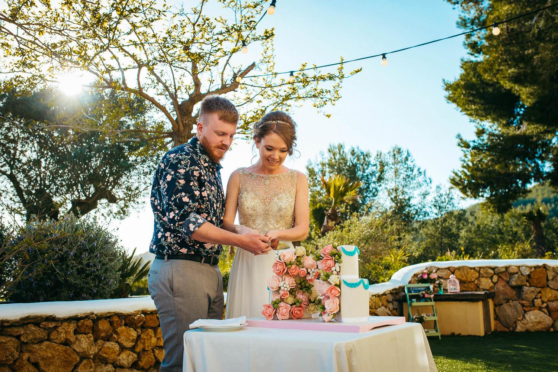 cutting the cake wedding sitges