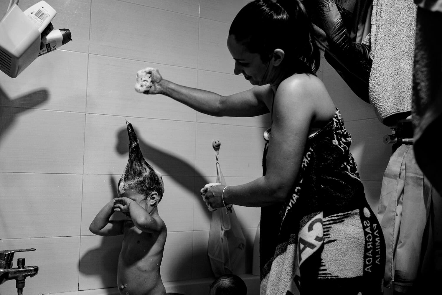 mum bath her daughter documentary family photography session in Barcelona